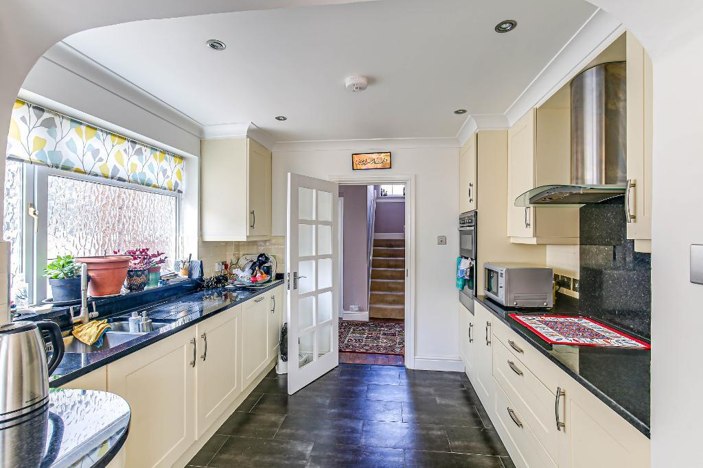 3 Bedroom Semi-Detached for Sale in South Croydon, CR2 9DQ